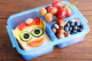 Lancheira colorida para levar para a escola com alimentos variados
