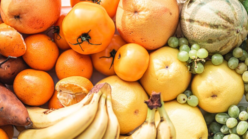 Ananas, banana, ameixa, diospiro, kiwi, laranja, limão, maçã, pera, pêssego, romã, tangerina, uva.
