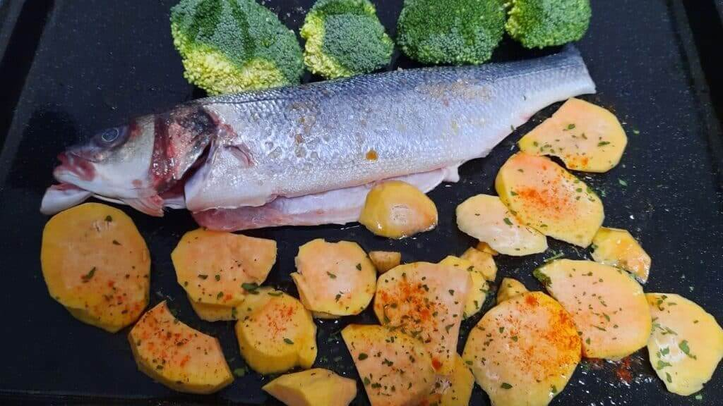 Preparação de robalo no forno com batata doce e brócolos